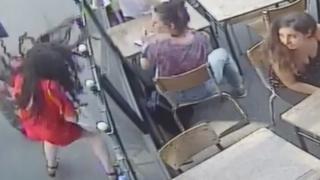 Imagem de homem atacando uma mulher na França capturada por câmera de segurança.