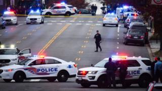 Polis, saldırı girişimi ardından Comet Ping Pong pizza restoranının etrafını kuşattı.