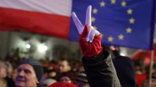 """Những người biểu tình liên tục hô vang: """"Các tòa án tự do, bầu cử tự do, Ba Lan tự do!"""""""