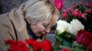 روسية تضع الزهور قريبا من مكان الحادث