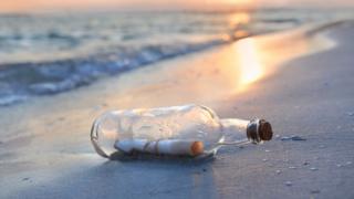 kıyıya vurmuş şişede mesaj