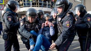 Задержание протестующего на акции 26 марта