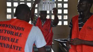 Des membres de la commission électorale togolaise en 2015
