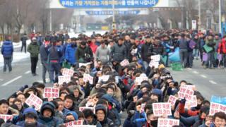 한국GM 노조원들이 14일 오전 군산공장에서 공장 폐쇄 철회를 촉구하고 있다