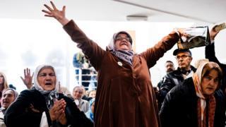 Srebrenitsa'da Mladiç'in mahkûmiyetini kutlayanlar elleri hava sevinçlerini gösteriyor.