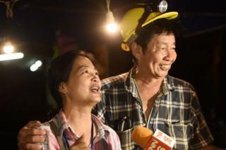 خانواده پسربچههای گمشده پیداشدن آنها را در نزدیکی غار جشن گرفتند.