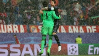Real Madrid'in kaptanı Sergio Ramos kaleci Keylor Navas ile finale çıkmanın sevincini yaşıyor