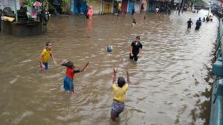 પાણીમાં રમી રહેલા બાળકોની તસવીર