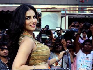 Sunny Leone durante promoção de filme em Mumbai, março de 2014