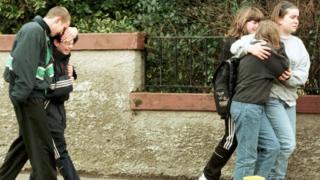 Alunos do lado de fora de escola de Dunblane