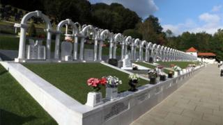 Tumbas de las víctimas en el cementerio de Aberfan