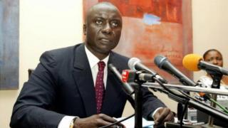Idrissa Seck lors d'une conférence de presse en juillet 2005 à Dakar, quelques jours avant son arrestation dans l'affaire dite des chantiers de Thiès.