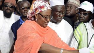 Bi Aisha Buhari akipiga kura wakati wa uchaguzi mkuu nchini humo