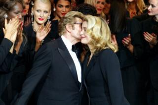 Ив Сен-Лоран целует Катрин Денев во время своего последнего модного показа в 2002 году