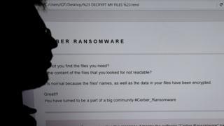 экран компьютера и силуэт человека