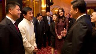 Tài tử Hong Kong Jackie Chan (Thành Long) nói chuyện với Chủ tịch Trung Quốc Tập Cận Bình tại một sự kiện ở Anh quốc năm 2015
