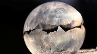 Bolha de sabão exibe cristais ao congelar