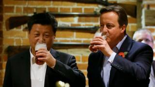 习近平访问英国期间与首相卡梅伦到酒吧喝啤酒