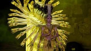 رقصة الأصابع الفلكلورية أداها يوم السبت راقصون من تايلاند في مهرجان قرطاج الدولي بتونس