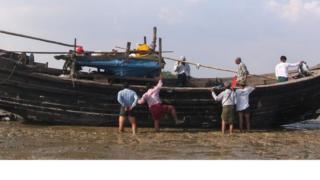 နိုဝင်ဘာ ၁၆ ရက်နေ့က ရန်ကုန်တိုင်း ကျောက်တန်းမြို့နယ် တွေ့ရတဲ့ ဒုက္ခသည် ၁၀၀ ကျော် စီးလာတဲ့ လှေ
