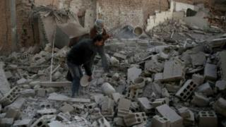 المرصد السوري: مقتل ثمانية أشخاص في غارات جوية على الغوطة الشرقية