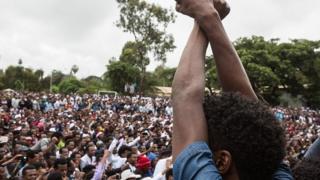 Lors du festival Irreecha, les policiers sont restés à distance et n'ont pas réagi lorsque des jeunes se succédaient sur une scène, croisant les bras au dessus de la tête.