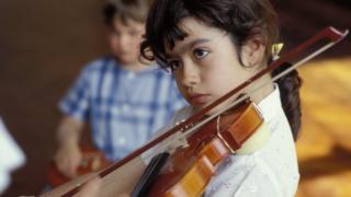 Хлопчик грає на скрипці