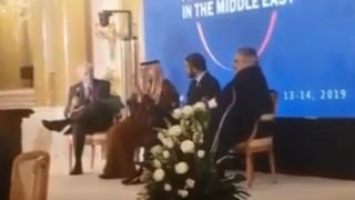 در ویدیویی که از این نشست لو رفته، (از راست) خالد بن احمد آل خلیفه، وزیر خارجه بحرین، عبدالله بن زاید آل نهیان، وزیر خارجه امارات و عادل الجبیر وزیر مشاور امور خارجی عربستان دیده میشوند. این جلسه توسط دنیس راس، از دیپلماتهای کهنهکار آمریکایی اداره شده است.