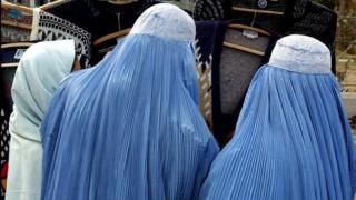 صورة ثلاث نساء في الزي الأفغاني