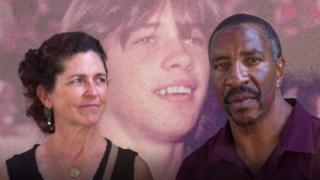 Montaje de Denise y Ronnie Fields con la foto de Bo en el fondo