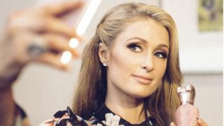 Paris Hilton Selfie çekiyor.