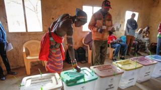 Un électeur en train de voter au Kenya