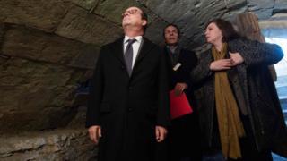 Франсуа Олланд посещает мемориал памяти репрессированных французских цыган в Монтре-Белле.
