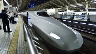 قطار در ایستگاهی در توکیو، ژاپن