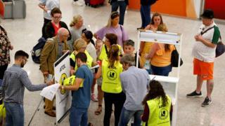 Passageiros no aeroporto de Maiorca, na Espanha