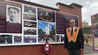 in_pictures victor wray laying wreath in londonderry