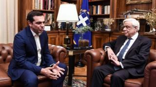 Çipras (solda), Cumhurbaşkanı Prokopis Pavlopulos'a parlamentonun feshedilmesi ve seçimlerin erkene çekilmesi kararını sundu.