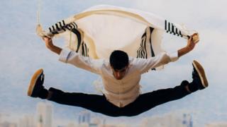 Miki Chayat conta como paixão por movimentos que enxergou na infância o levou a abrir escola de capoeira para judeus ultraortodoxos em Israel.