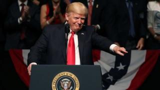 Tổng thống Trump nói chính sách mới của ông sẽ siết chặt qui định về đi lại và chuyển tiền sang Cuba.