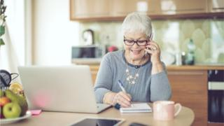 Mulher mais velha no computador