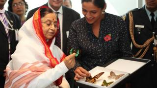 Huertas mostrándole mariposas de India a la expresidenta de ese país, Pratibha Patil.