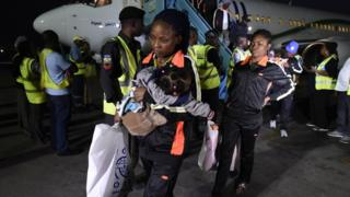 Woman with her daughter wey return from Libya