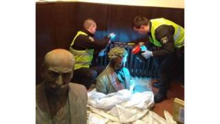 Полиция показала найденные памятники журналистам