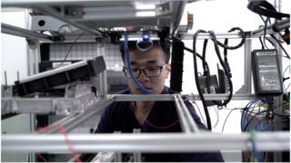 2016年,徐俊傑創立了一家主要為工業用車生產電子錄音設備的創業公司。
