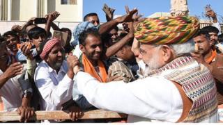 ભારતીય વડાપ્રધાન નરેન્દ્ર મોદી અને જનમેદની