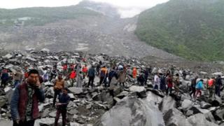 หน่วยกู้ภัยและอาสาสมัครระดมกำลังค้นหาผู้สูญหายที่ถูกฝังอยู่ใต้กองดินหินปริมาณมหาศาล