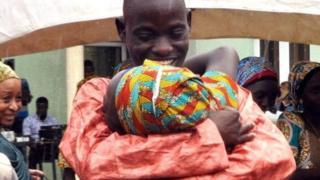 ایک والد اپنی بیٹی کو گلے لگاتے ہوئے