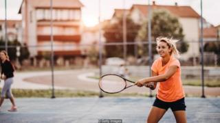 Perempuan bermain tennis