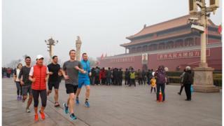 중국 천안문 광장에서 조깅하는 모습을 자신의 페이스북에 올린 페이스북 CEO 마크 저커버그