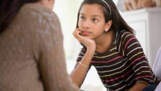 Mujer hablando con su hija